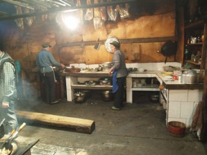 食堂内の厨房